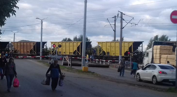 В Нововятске из-за закрытого переезда люди рискуют попасть под поезд