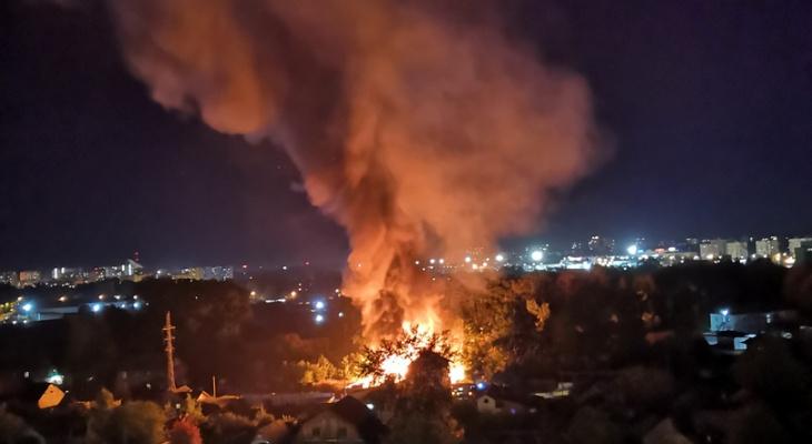 «Бомжи и баллоны с газом»: в Кирове полыхал частный дом