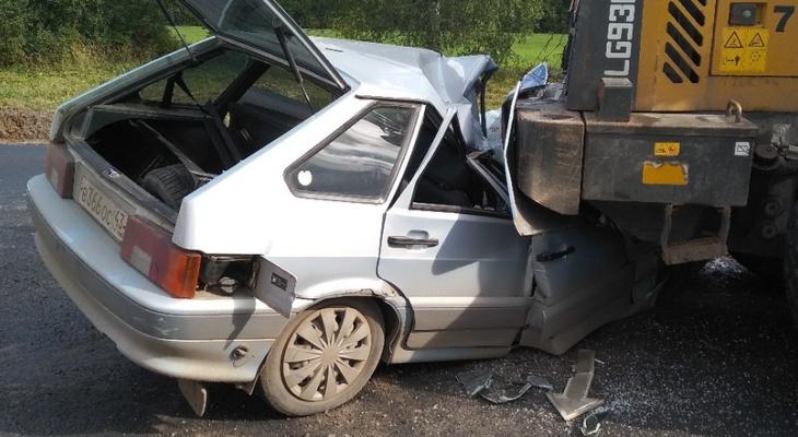 Появились фото с места смертельного ДТП под Кировом, где ВАЗ врезался в трактор