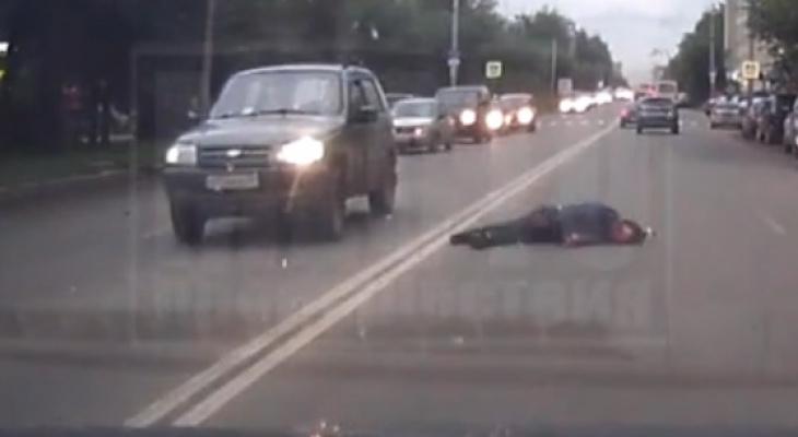 """Видео: на проспекте Строителей """"Нива"""" сбила пешехода"""