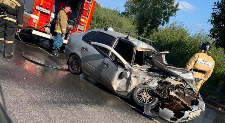 На Луганской легковушка влетела в КамАЗ