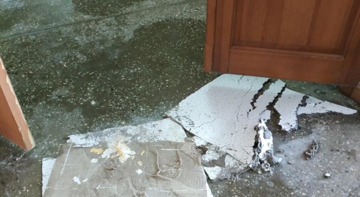 В кировской школе искусств во время занятий из-за потопа начал падать потолок