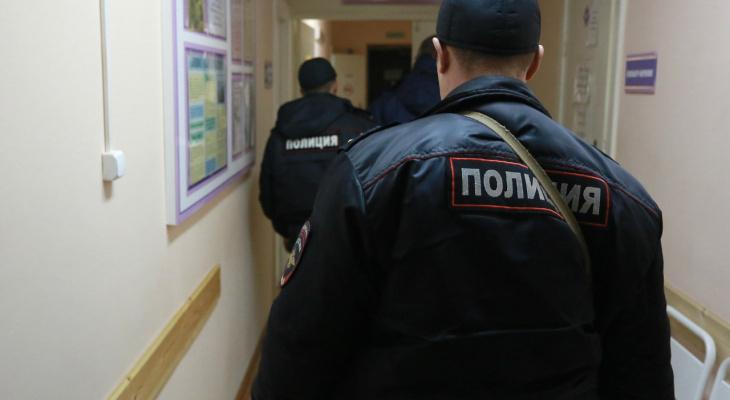 В Кирове мужчина ломился в здание ГИБДД, уверяя, что это его дом