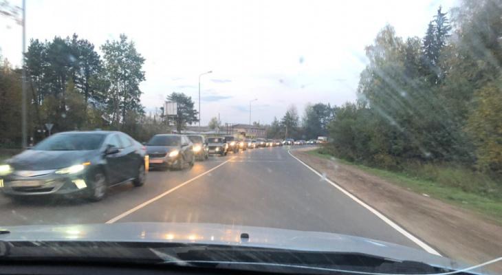 Полгода пробок: из-за «кольца» на повороте на Коминтерн образовываются километровые заторы