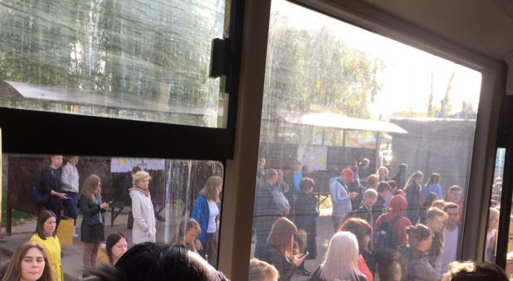 Фото дня: 50 человек ждали автобус на остановке в Кирове