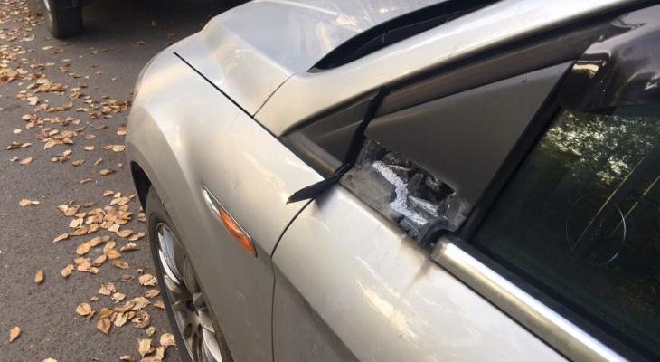 В Нововятске вандал изуродовал машины на парковке