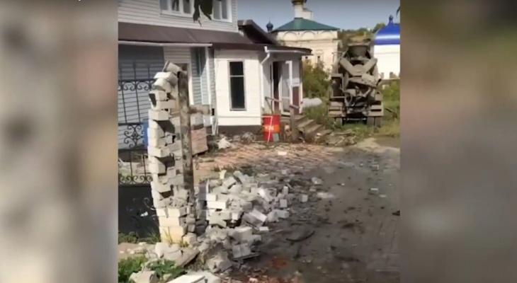 Неуправляемая бетономешалка снесла забор в элитном районе Кирова