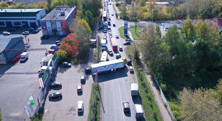 Фура перекрыла дорогу на Лепсе: автобусы высаживают пассажиров