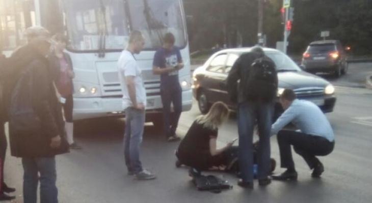 В Кирове у нового путепровода автобус сбил ребенка: на месте работают скорая и полиция