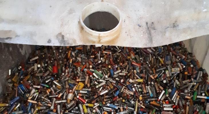 Из Кирова вывезли 3 тонны батареек, которые хранили почти год