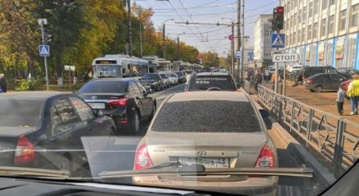 На Лепсе провода троллейбусов упали на авто: образовалась 2-километровая пробка