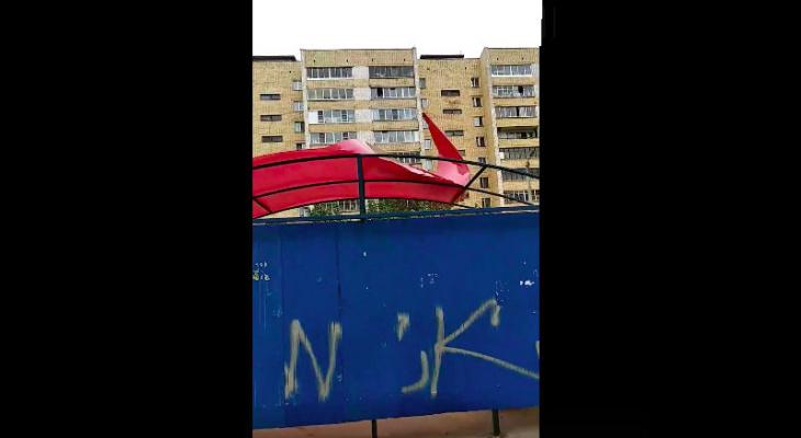 В Кирове ветром повредило остановку