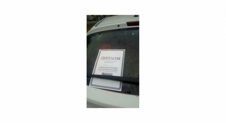 В Кирове водителю положили оскорбительную записку под дворники авто