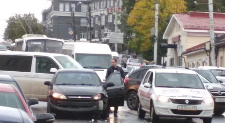 «Автобус гнал со скоростью 70 километров в час и устроил ДТП»: очевидцы об аварии на улице Ленина