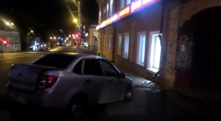 Девушка въехала на машине в историческое здание в центре Кирова