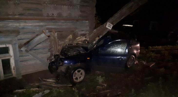 Врезался в дом и погиб: в Кировской области произошли две смертельные аварии
