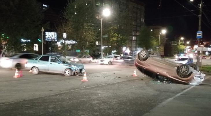 После ДТП на Ленина «Лада» от удара перевернулась на крышу