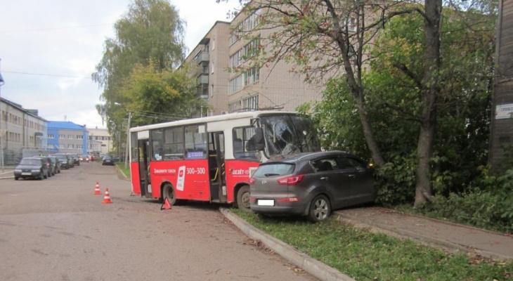 Сбил пешехода и снес иномарку в дерево: в Кирове произошло два ДТП с автобусами