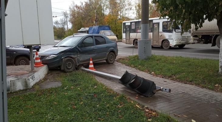 За день в Кирове водители повредили два светофора