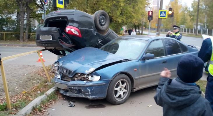 Опрокинулась на крышу: в Кирове столкнулись «Лада» и «Хонда»