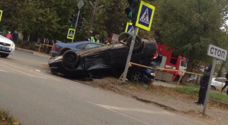 В ГИБДД Кирова рассказали подробности аварии, где «Лада» опрокинулась на крышу