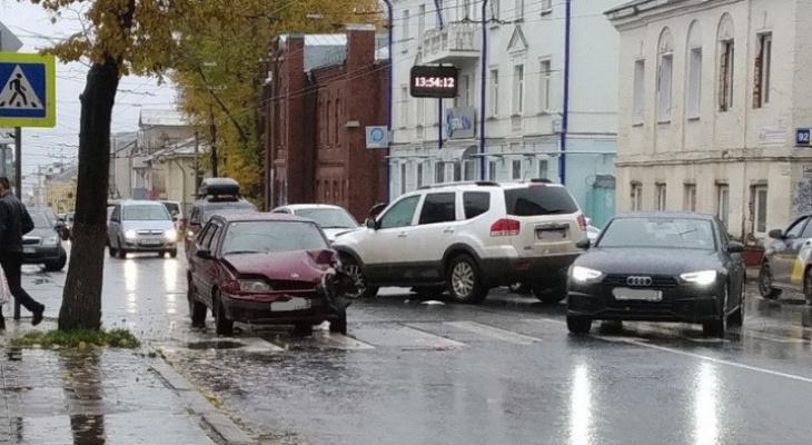 В центре Кирова столкнулись два автомобиля