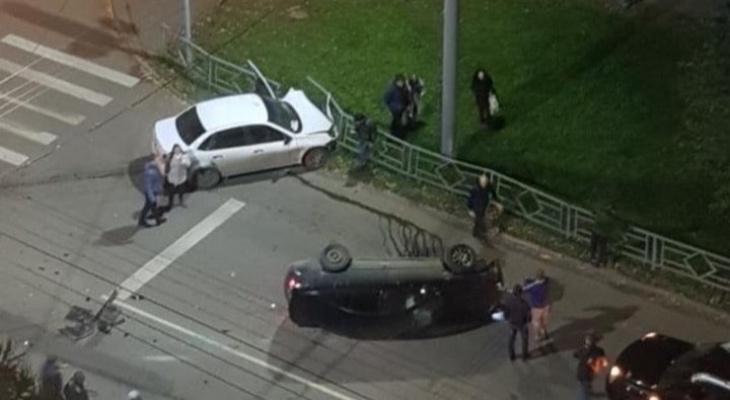 В Кирове «Лада» не пропустила иномарку: от удара Nissan перевернулся