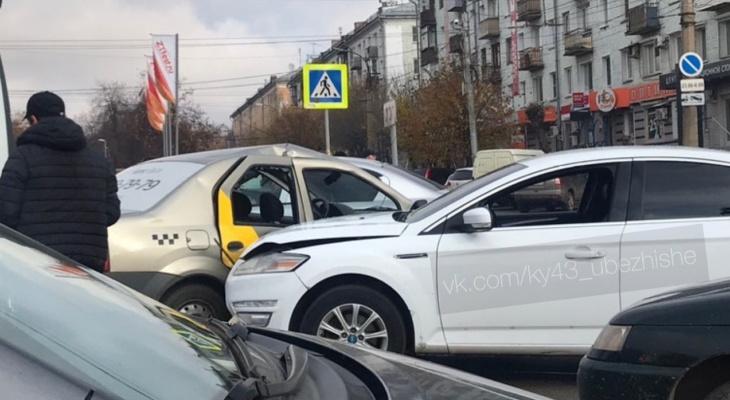 «Пассажир такси головой стекло вынес»: утром в ДТП у ЦУМа пострадали три подростка