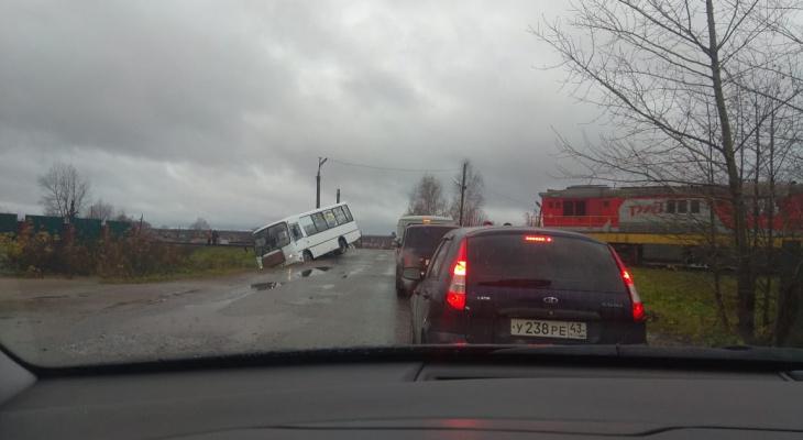Утром в Омутнинске столкнулись автобус и тепловоз