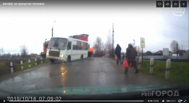 Момент столкновения тепловоза и автобуса в Омутнинске попал на видео