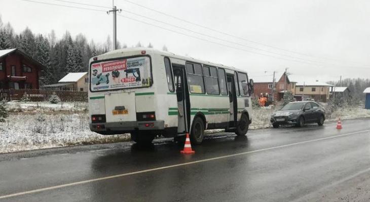 Утром в Кирове автобус 44 маршрута сбил 11-летнюю девочку
