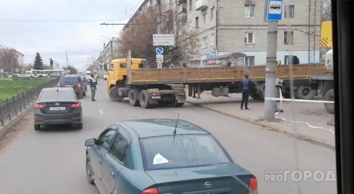 Из-за ремонта фасада ТЦ «Новинка» строители перегородили 2 полосы дороги
