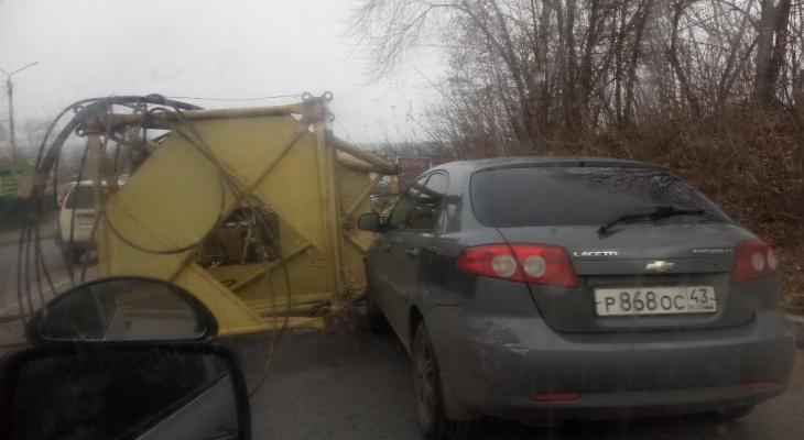 В Кирове на иномарку упал кран с проезжавшего грузовика