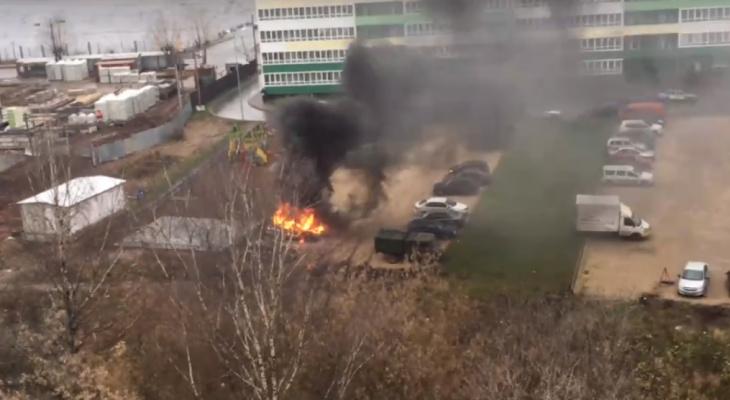 Видео: в Кирове на стоянке у высотки вспыхнула иномарка