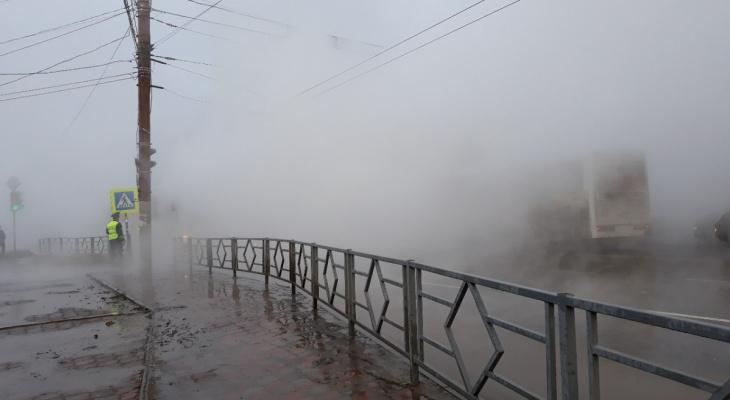 «Видимость нулевая, машины стоят»: в Кирове прорвало трубу с кипятком