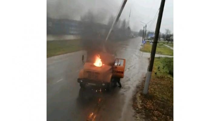 В Кирове загорелась автовышка с рабочим в люльке