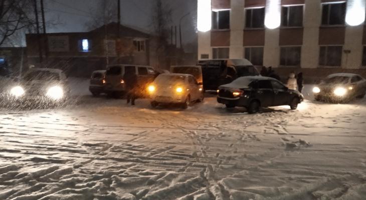 В Кирове 10 машин столкнулись, съехав с горки