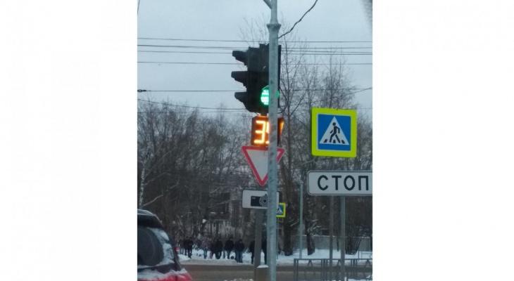 """""""И это безопасность?"""": в Кирове новая опора для знаков перекрыла светофор"""