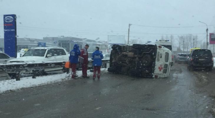 В Кирове на дороге перевернулась скорая