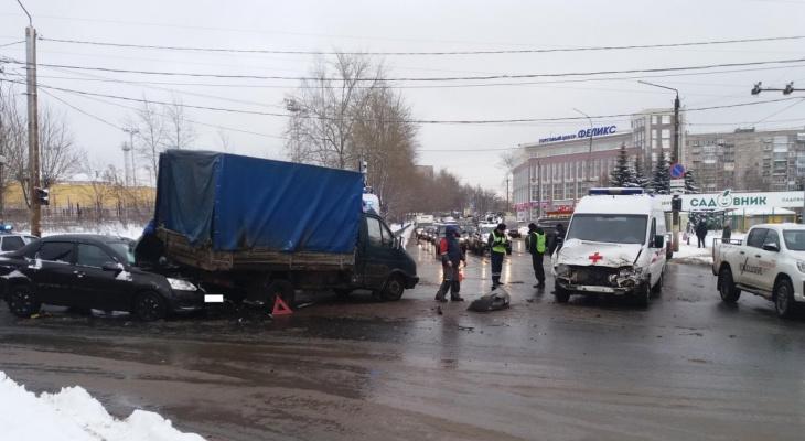 В Кирове машина скорой попала в ДТП по пути к мальчику, выжившему в двух авариях