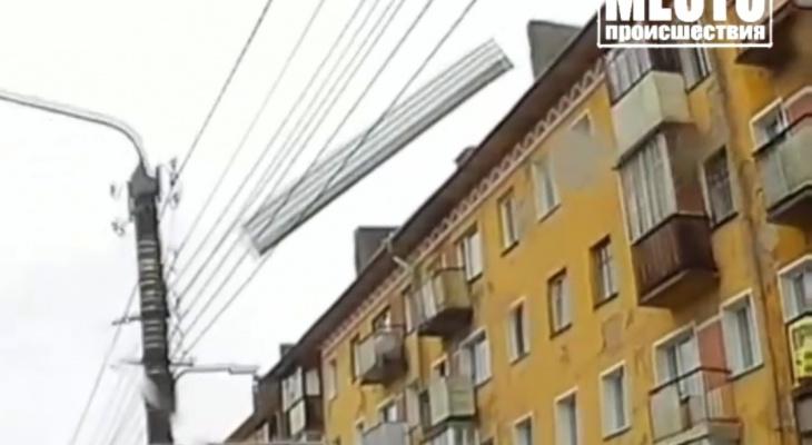 На улице Ленина огромный лист железа упал с крыши на автомобили: видео