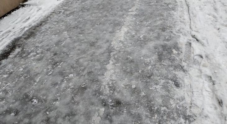 Кировчане жалуются на лед: в администрации отчитались, что тротуары почистили