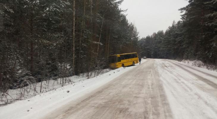 Под Кировом школьный автобус с детьми съехал в кювет