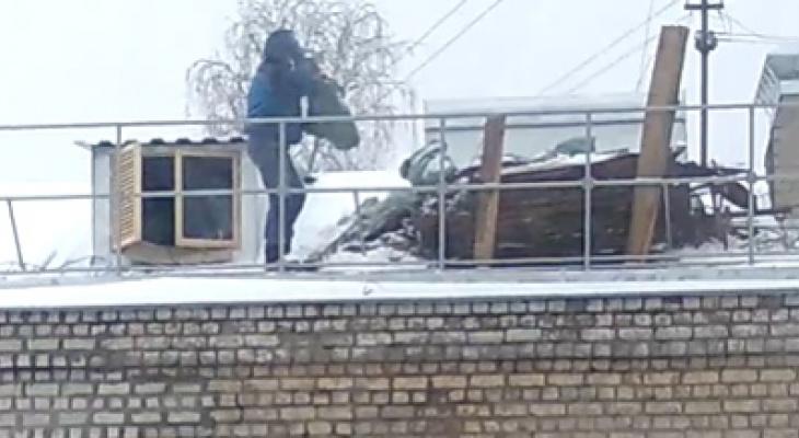 Ни ограждений, ни следящего: в Кирове с крыши дома скидывали листы жести