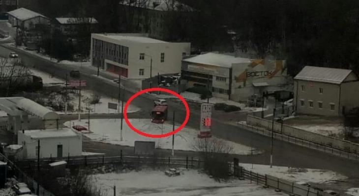В Кировской области 3 автобуса съехали в кювет из-за скользкой дороги