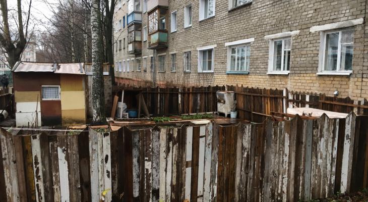 «Это захват территории?»: пенсионерка сделала сад у пятиэтажки на Сурикова