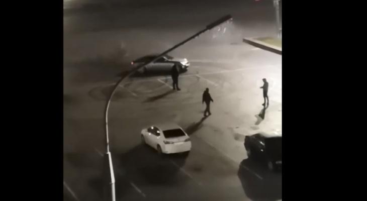 На Театральной площади водители устраивают дрифт