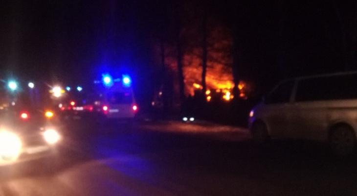 Видео: вечером под Кировом горел двухэтажный дом