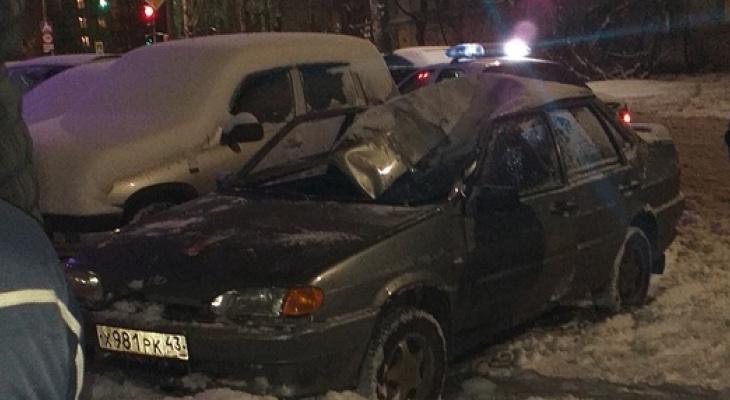 В Кирове молодой человек выпал из окна и упал на припаркованный ВАЗ