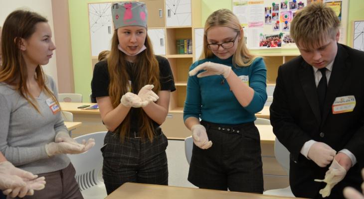 Учились брать отпечатки пальцев: зуевские школьники познакомились с актуальными специальностями